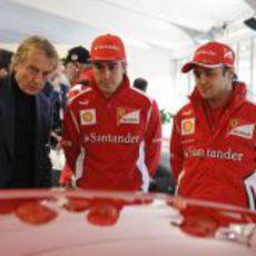 Montezemolo enseña a Alonso y Massa alguno de los Ferrari en Valencia