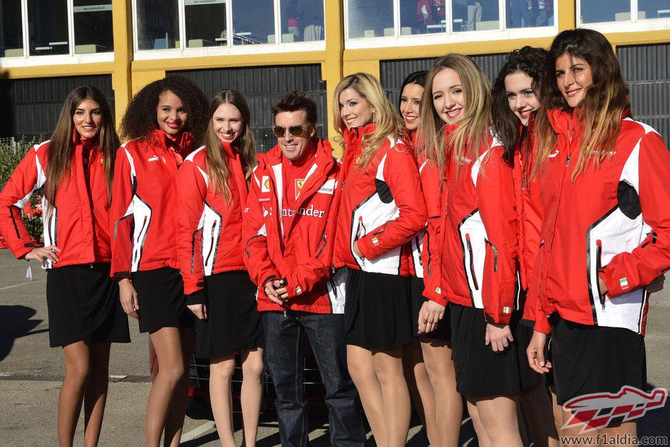 Fernando Alonso y las 'pit babes' de Ferrari en Cheste