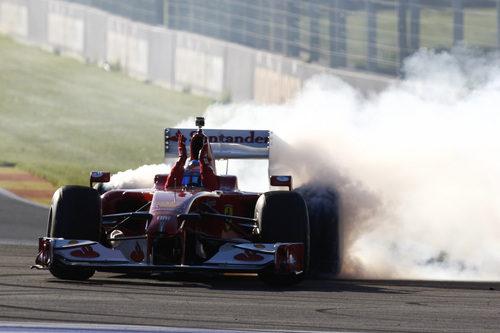 Fernando Alonso quema rueda en las Finales Mundiales de Ferrari 2012