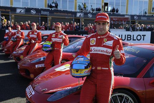 Fernando Alonso y los pilotos de F1 posando con los Ferrari