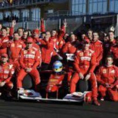 Foto de familia de Ferrari con Fernando Alonso en Cheste 2012