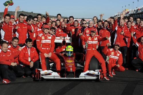 Foto de familia de Ferrari con Felipe Massa en Cheste 2012