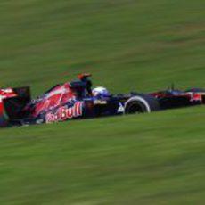 Daniel Ricciardo sube una cuesta en Interlagos