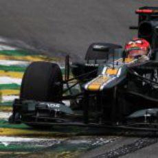 Heikki Kovalainen rueda sobre el asfalto mojado en los Libres 3 de Brasil
