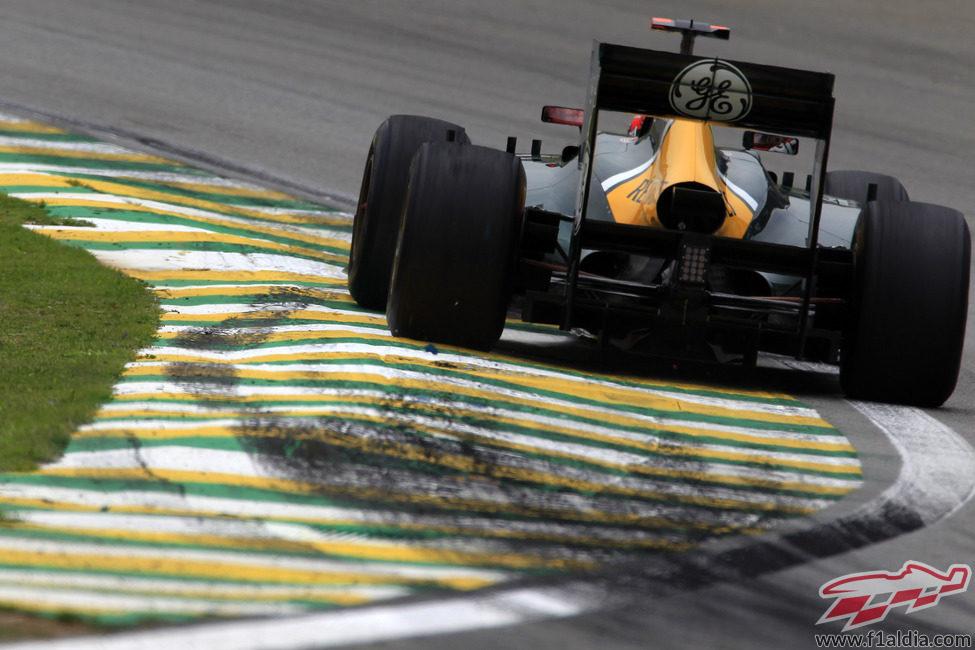Heikki Kovalainen empuja su CT01 en los entrenamientos de Brasil