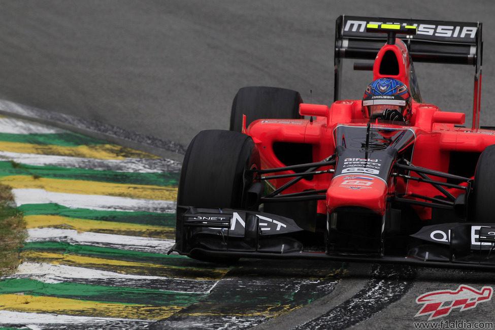 Charles Pic completa otra vuelta en el circuito de Interlagos