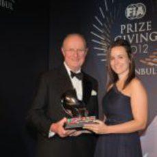 Silvia Bellot recibe el trofeo de los comisarios de la FIA