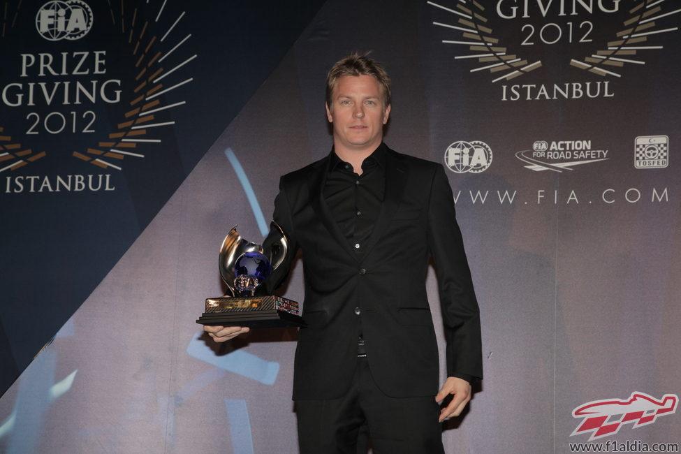 Kimi Räikkönen recoge su trofeo en la Gala de la FIA 2012