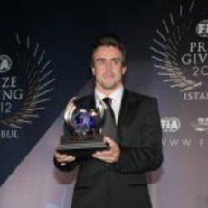 Fernando Alonso recoge su trofeo en la Gala de la FIA 2012