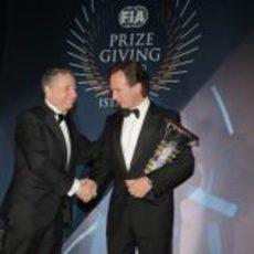 Jean Todt entrega a Christian Horner el trofeo de Constructores 2012