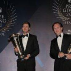 Vettel y Horner reciben sus trofeos de 2012
