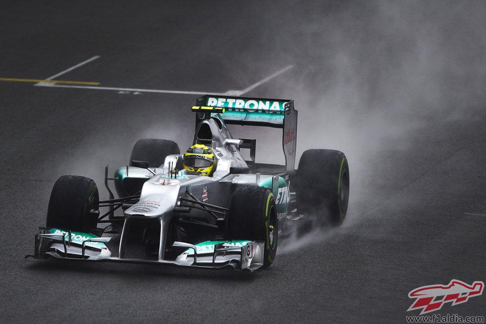 Nico Rosberg conduce sobre el asfalto mojado de Interlagos