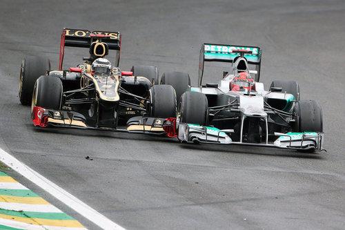 Michael Schumacher se toca con Kimi Räikkönen durante el GP de Brasil 2012