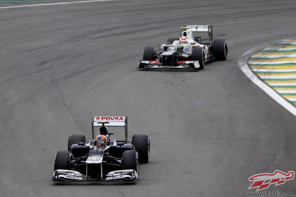 Bruno Senna rueda por delante de Sergio Pérez en Brasil
