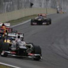 Kamui Kobayashi rueda por delante de Sebastian Vettel