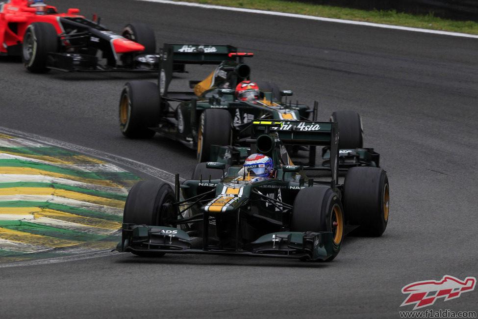 Vitaly Petrov rueda por delante de su compañero de equipo en Brasil