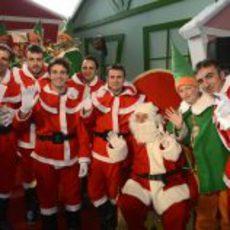 Todos saludan a la cámara junto al verdadero Papá Noel