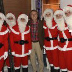 Luca di Montezemolo posa con sus pilotos navideños