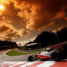 Lewis Hamilton atraviesa Eau Rouge