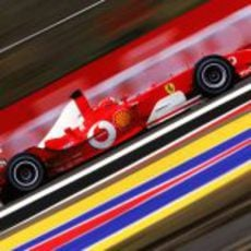 Michael Schumacher con el F2003-GA en Silverstone