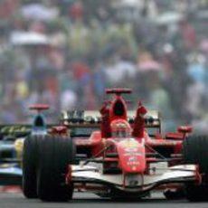 Michael Schumacher por delante de Fernando Alonso