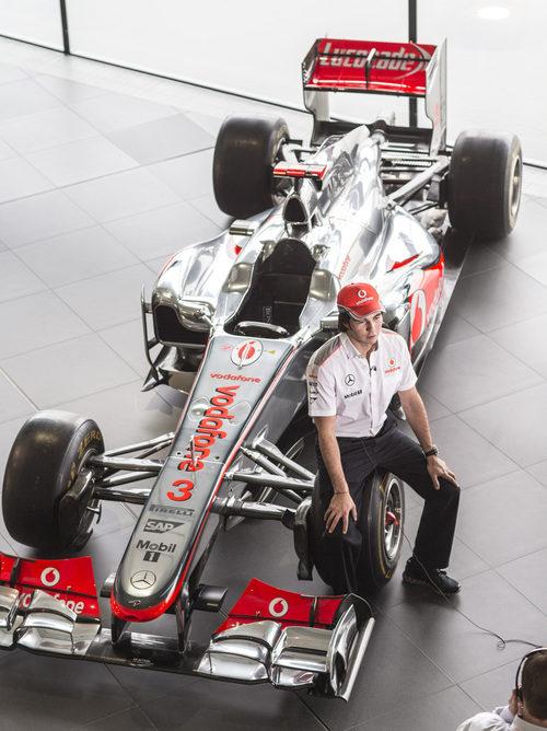 Sergio Pérez posa con el MP4/27, el monoplaza de McLaren de 2012