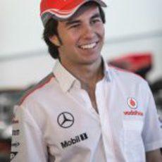 Sergio Pérez sonríe en la fábrica de McLaren