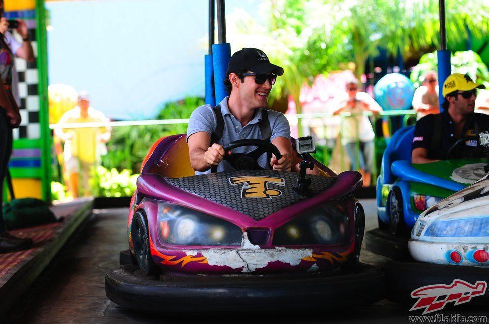 Bruno Senna se divierte en los coches de choque