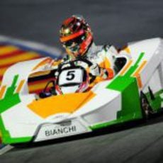 Jules Bianchi completa una vuelta en el circuito de karts