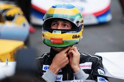 Bruno Senna se ajusta el casco antes de montarse en el kart