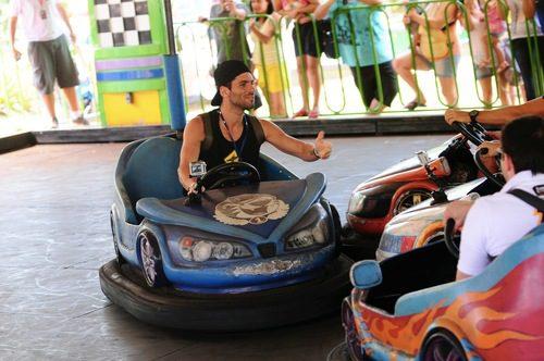 Jaime Alguersuari disfruta en los coches de choque