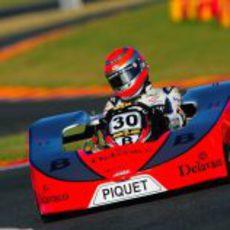 Nelsinho Piquet avanza en la pista brasileña