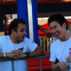 Felipe Massa y Kamui Kobayashi comparten risas