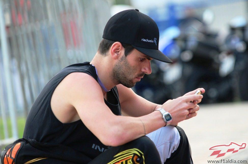 Jaime Alguersuari pendiente del móvil