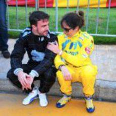 Fernando Alonso charla con Ana Beatriz