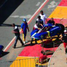 Fernando Alonso espera a que su kart sea reparado
