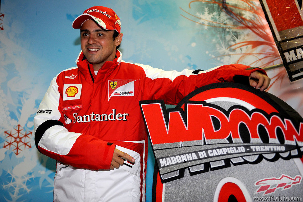 Felipe Massa posa frente al logo del evento