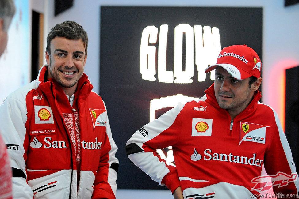 Fernando Alonso sonriente junto a Felipe Massa