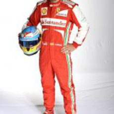 Fernando Alonso posa con el nuevo mono de Ferrari para la temporada 2013