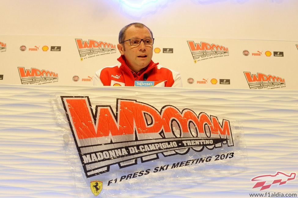 Stefano Domenicali charla con la prensa