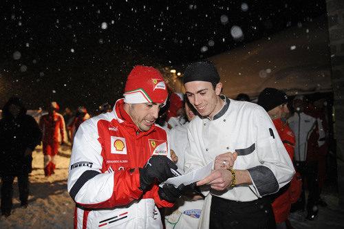 Fernando Alonso firma un autógrafo a un cocinero