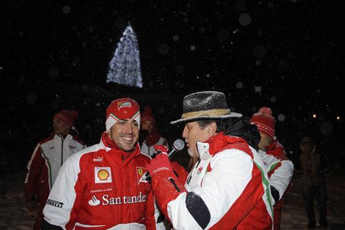 El presentador de la gala saluda a Fernando Alonso