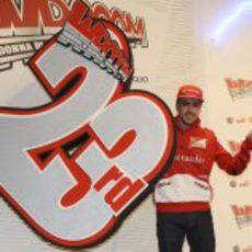 Fernando Alonso posa junto al logo del 'Wrooom 2013'