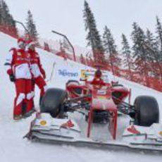Fernando Alonso y Felipe Massa posan junto al monoplaza