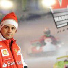 Felipe Massa ataviado con el gorro de Ferrari