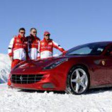 Fernando Alonso, Felipe Massa y Stefano Domenicali junto al coche
