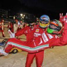 Fernando Alonso alza a Giancarlo Fisichella
