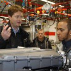 Lewis Hamilton charla con un empleado