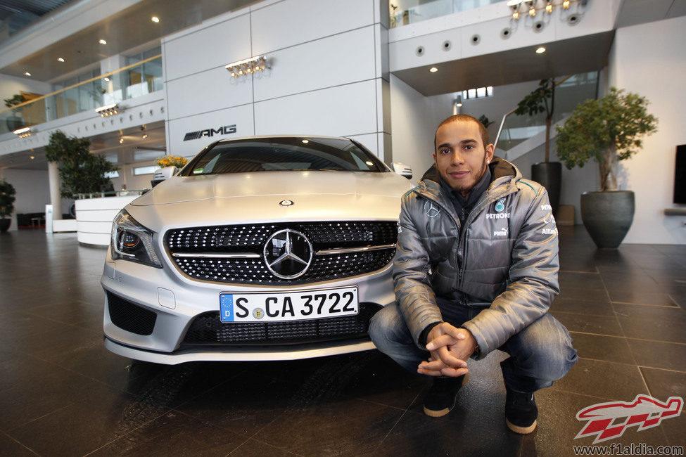 Lewis Hamilton posa en la entrada de su nueva casa