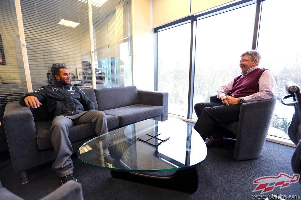 Ross Brawn charla con Lewis Hamilton en Brackley